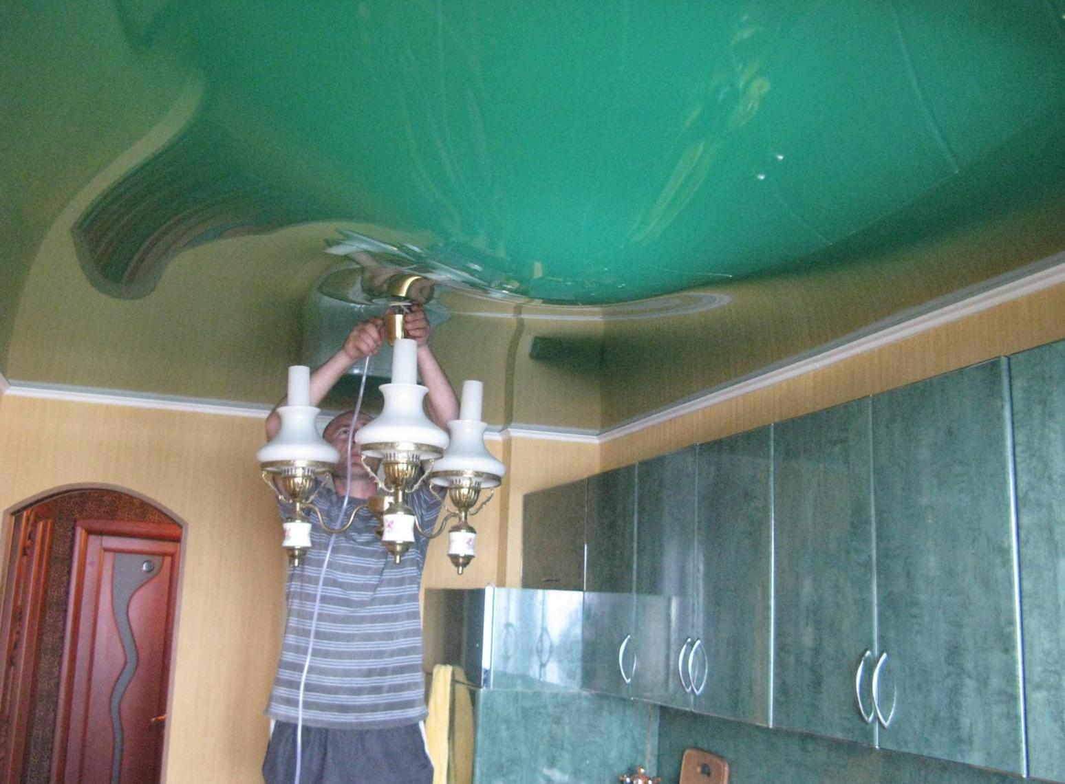 Как слить воду с натяжного потолка самостоятельно: затопили соседи сверху, что делать?