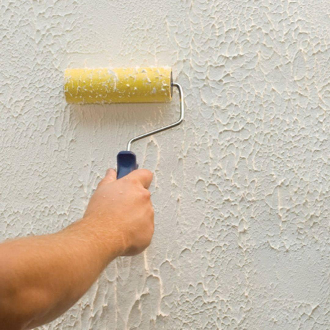 Нанесение декоративной штукатурки: как правильно своими руками, подготовка стен, инструменты, валик, способы и техники – шуба, короед, под кирпич, полосы, панно