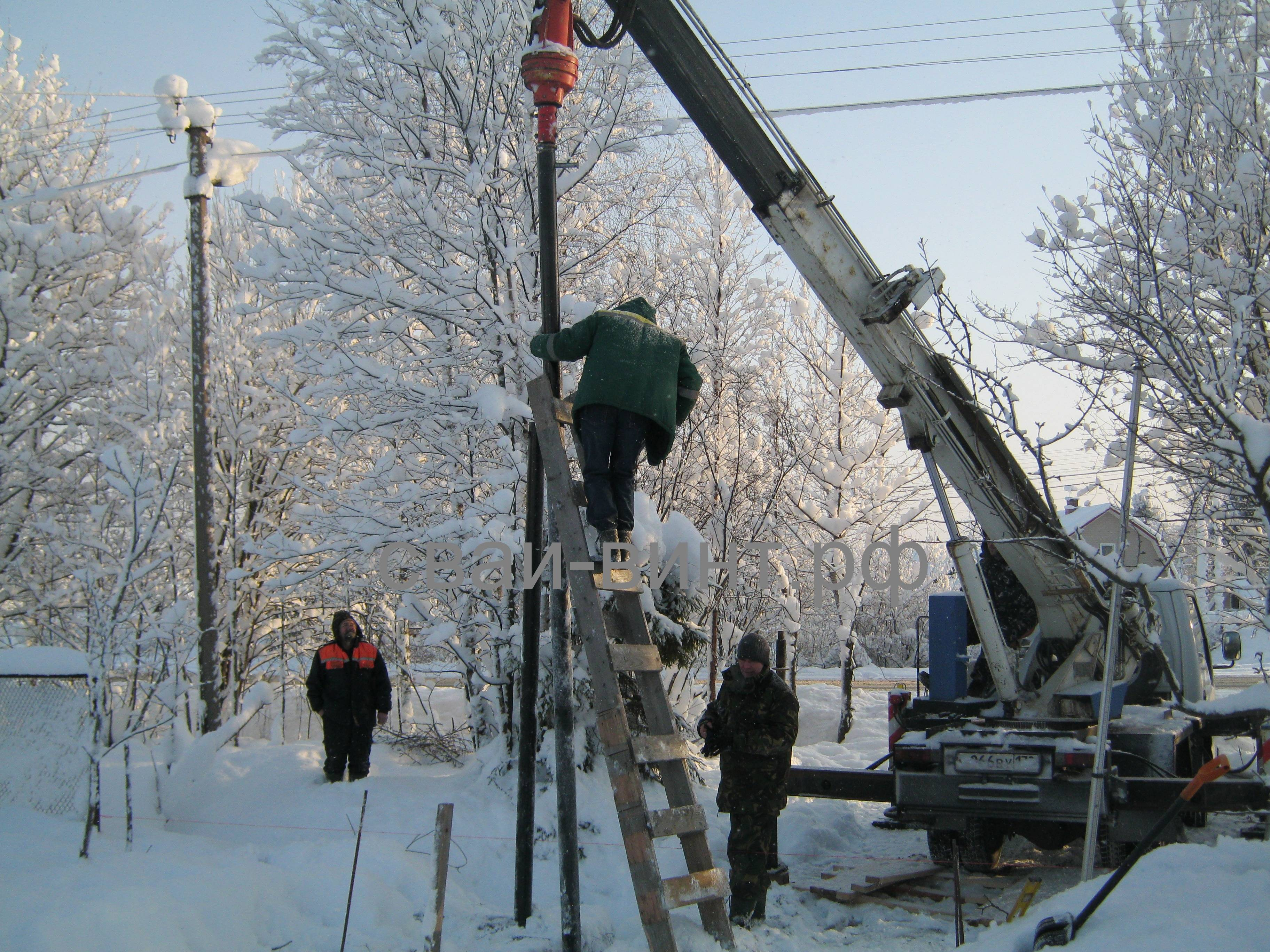 Установка винтовых свай зимой и монтаж фундамента