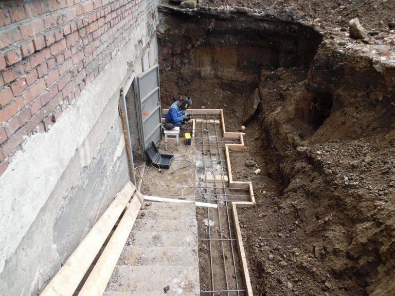 Фундамент с подвалом: как сделать погреб в доме с ленточным фундаментом, технология строительства конструкции, устройство варианта с монолитной плитой