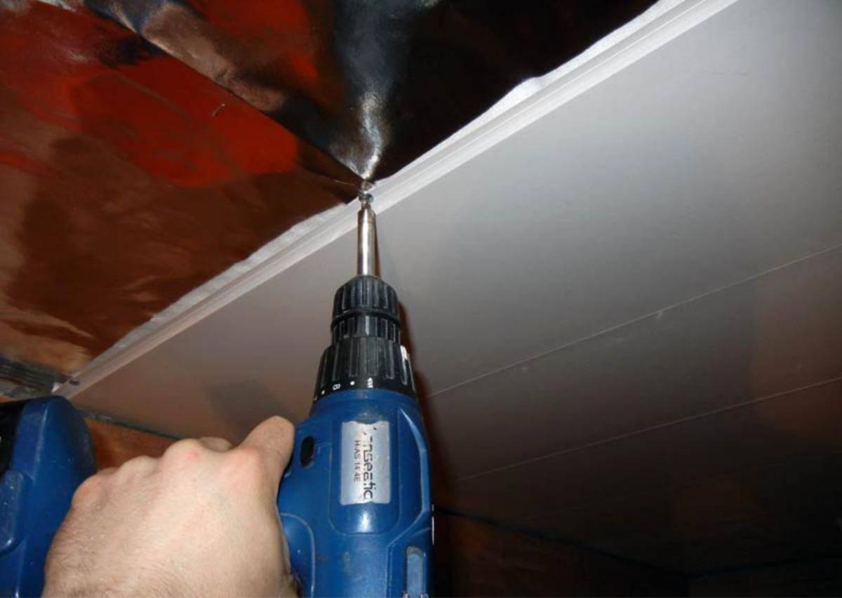 Как крепить пластиковые панели на потолок: инструкция, видео и фото