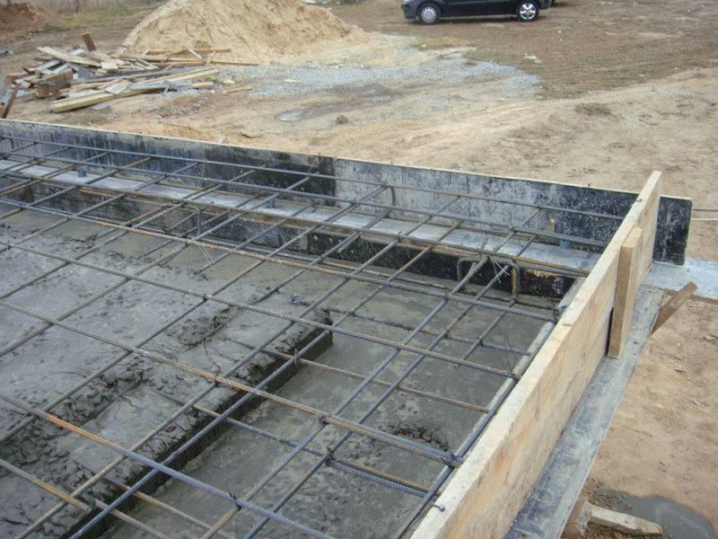 Ленточный фундамент с монолитной плитой: заливка