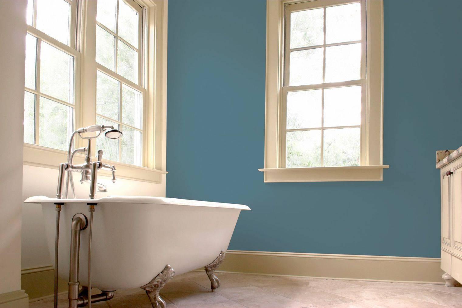Что делать с потолком в ванной: побелить или покрасить?