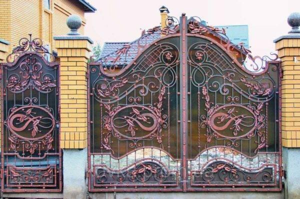 Кованые заборы и ворота: сварные, комбинированные, эскизы, 65 фото