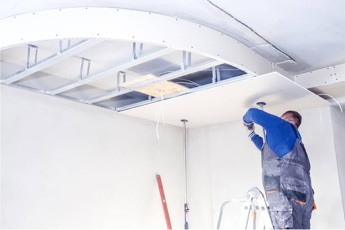Какой потолок лучше — натяжной или из гипсокартона: изучаем все плюсы и минусы