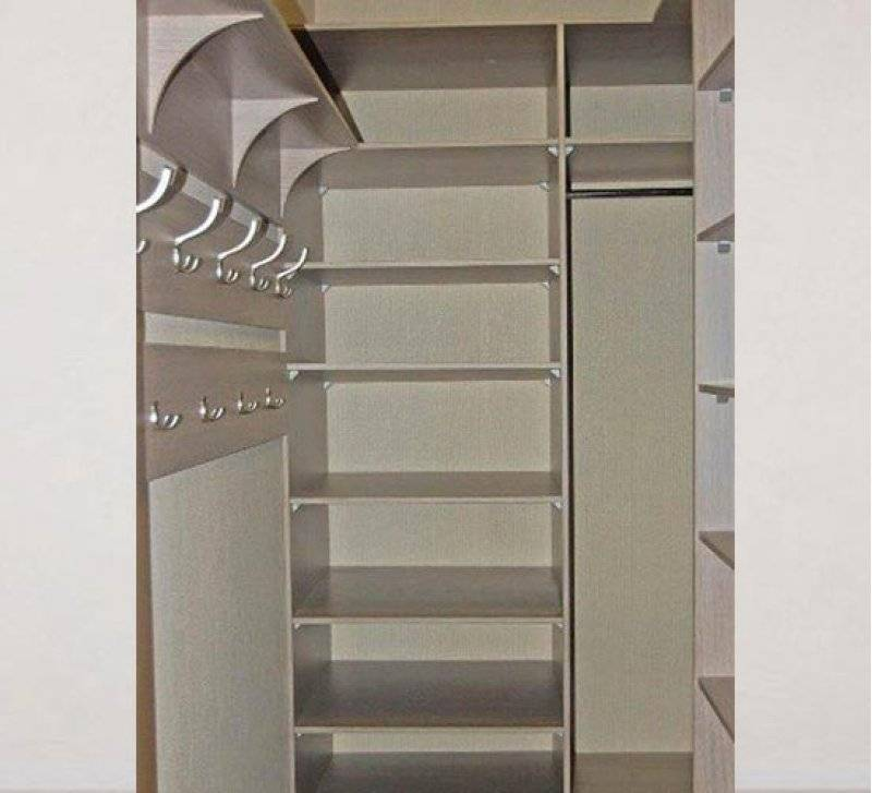 Экономим место в доме: как обустроить гардеробную из кладовки