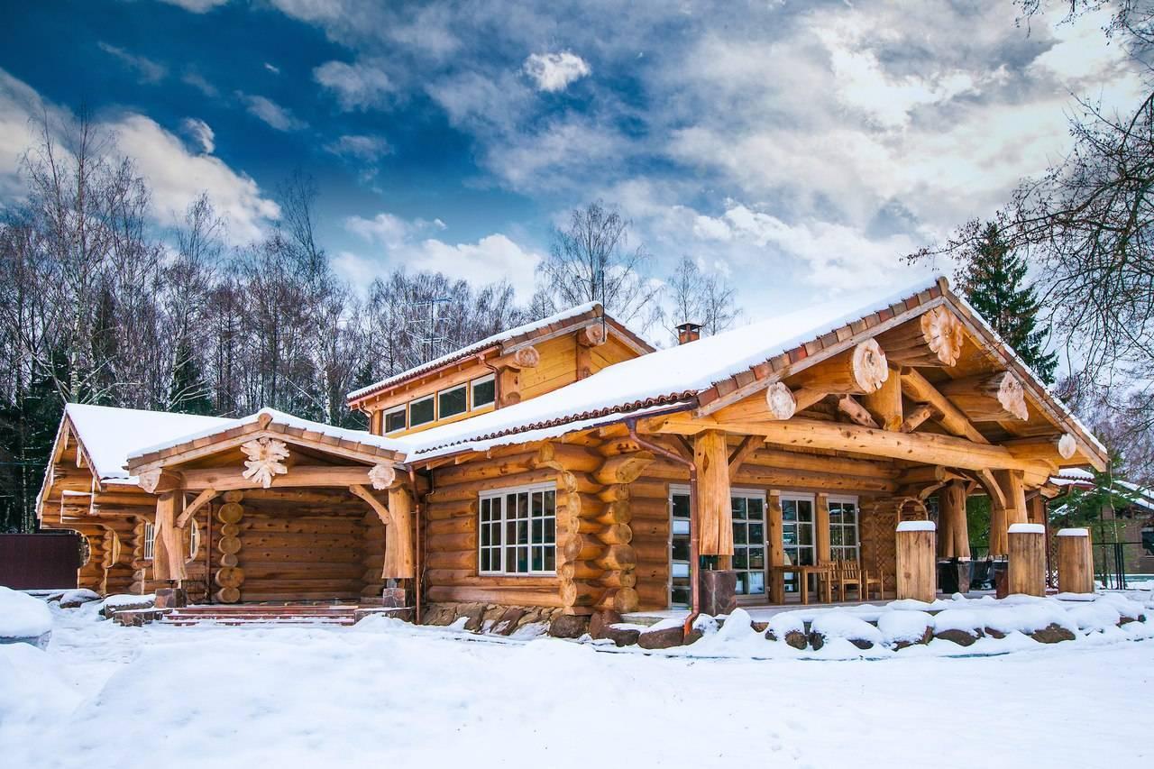 Сборка деревянного дома из оцилиндрованного бревна