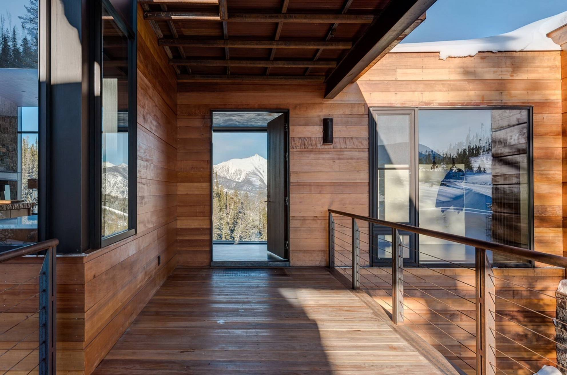Деревянные дома с установленными панорамными окнами