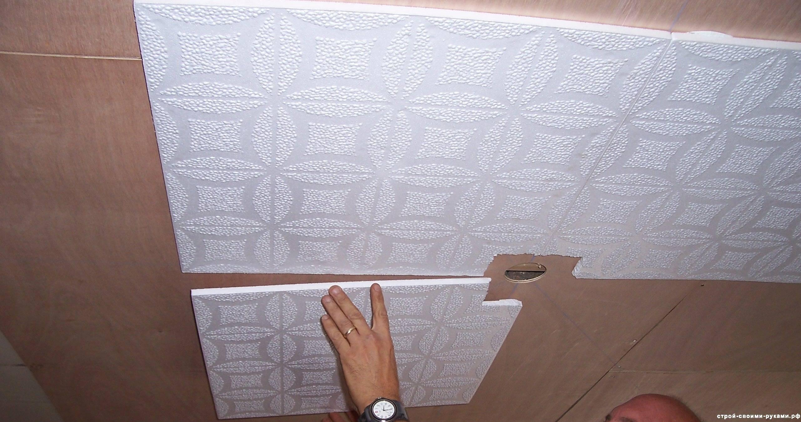 Как наклеить потолочную плитку: инструкция по правильному монтажу своими руками, видео и фото